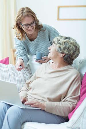 Prefessional Pfleger zu ihren älteren Patienten im Gespräch Standard-Bild