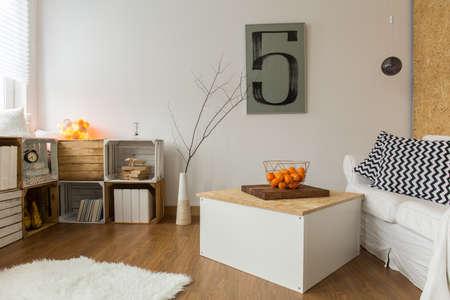堅木で作られた棚付きの広々 としたモダンなリビング ルーム 写真素材