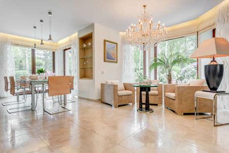 Horizontale Ansicht des sehr glänzenden Wohnzimmer mit Essecke Standard-Bild - 51172189