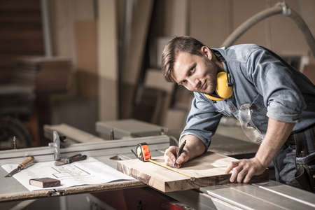 Bild eines lächelnden Handwerker während seiner Zeit bei der Arbeit