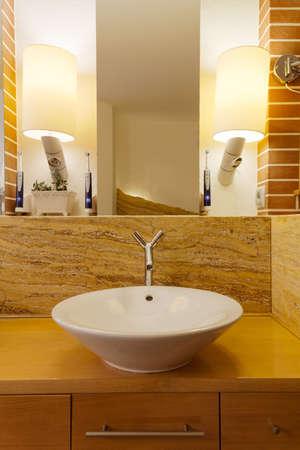 warm colors: Foto del lavabo en el baño de loft dispuesto en colores cálidos