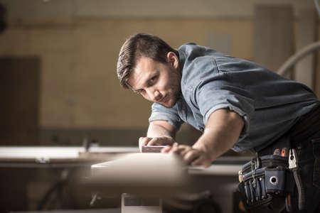 Foto de especialista em madeira masculino, verificando a qualidade da placa Foto de archivo