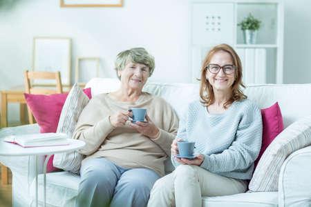 madre e hija: De mediana edad pasar tiempo mujer con su anciana madre