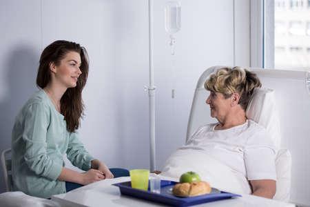 Mujer que visita a su abuela enferma en el hospital Foto de archivo - 51172524