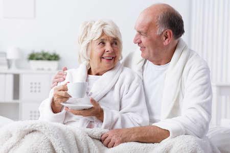 enamorados en la cama: amantes de alto nivel en la cama - romance en la vejez Foto de archivo