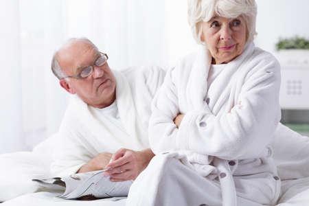Femme offensée par son mari dans la chambre Banque d'images - 51473033