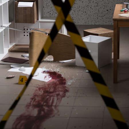 escena del crimen: Asesinato en la casa - la escena del crimen con barricadas