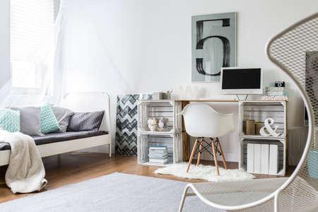Modern appartement met slaapkamer en studie kamer gecombineerd Stockfoto