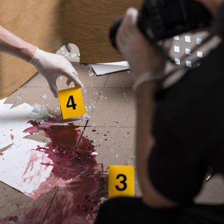 crime scene: Los agentes de policía deben ser profesionales en la escena del crimen Foto de archivo