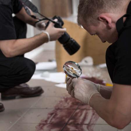 Polizeibeamte arbeiten an der Mordszene