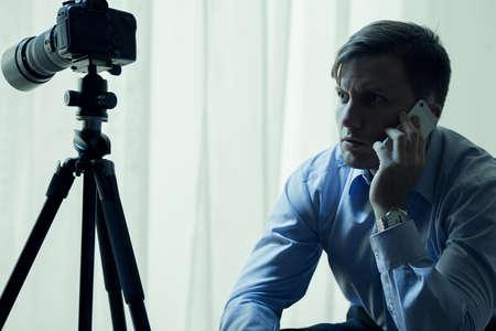 reportero: Reportero o detective en el trabajo de hablar por teléfono Foto de archivo