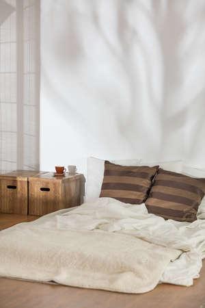 Schlafzimmer In Winterfarben Mit Bett Auf Dem Boden Und Diy