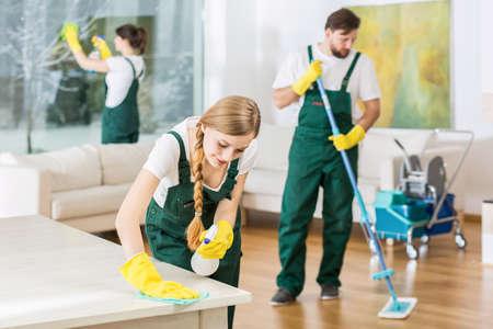 Servicio de limpieza con equipos profesionales durante el trabajo