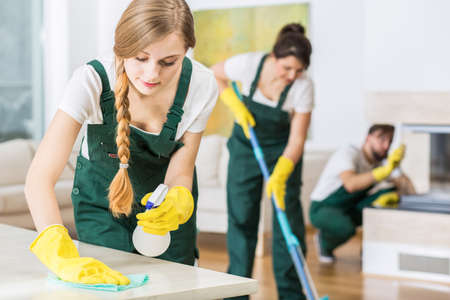 Professionele schoonmaak in uniformen tijdens het werk Stockfoto