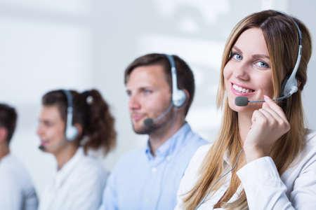 Imagen de la mujer con el receptor de hacer carrera en telemarketing