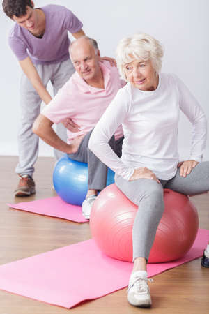 color therapist: Fit older people during fitness classes with physical therapist Stock Photo