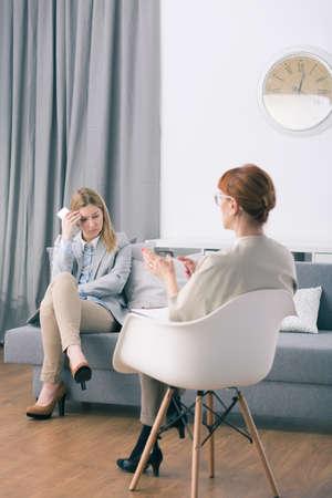 persona deprimida: Terapeuta y mujer deprimida adicto al trabajo durante el período de sesiones Foto de archivo