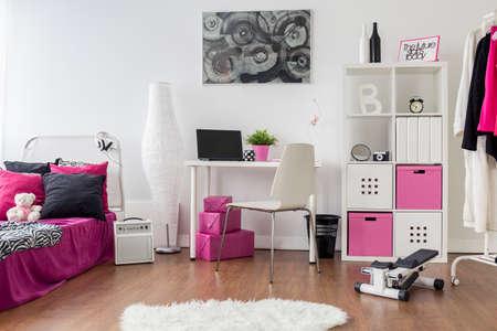 Geräumige Mädchen Raum In Rosa, Weiß Und Schwarz. Schlafzimmer Und ...
