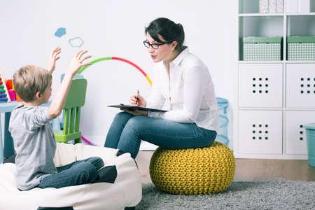 kinderen: Jongen en jonge vrouw leerkracht tijdens privéwoning les Stockfoto