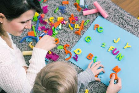 Chłopiec podczas sesji z logopedą liter uczenia Zdjęcie Seryjne