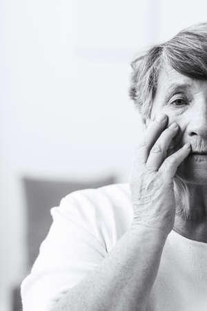 esquizofrenia: Mujer mayor que sufre de esquizofrenia - negro y blanco Foto de archivo