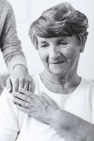 esquizofrenia: Mujer mayor con necesidad de atenci�n esquizofrenia y ayuda Foto de archivo