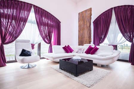 White Sofa und Sessel in Luxus-Wohnzimmer