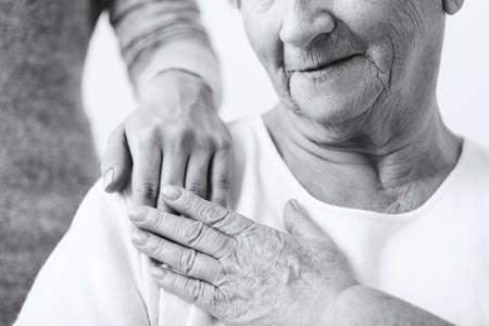 abuela: Primer plano de la nieta de preocuparse por la abuela Foto de archivo