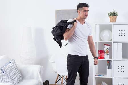 fitness hombres: Imagen de deportista sano y guapo con bolsa de deporte