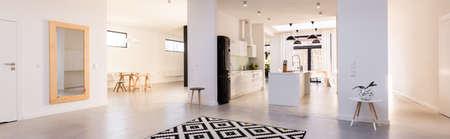 Panorama di interni spaziosi bianco con cucina a vista