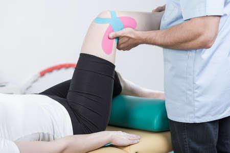 Sportowy kobieta przechodzi rehabilitację skręconą kolanie Zdjęcie Seryjne