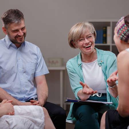grupo de hombres: Imagen del grupo de apoyo durante la reunión con el terapeuta profesional