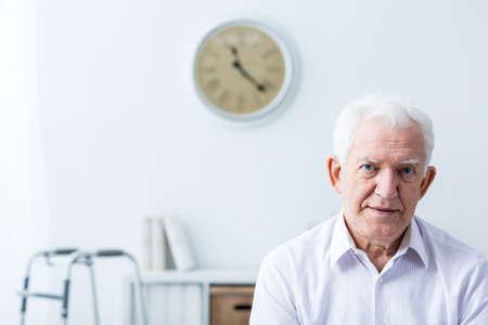 discapacidad: Foto del hombre mayor wtih discapacidad en el hogar
