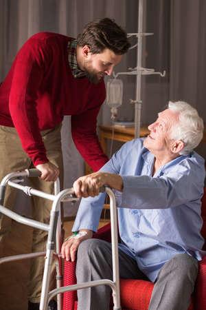 marcheur: Vue verticale des soins pour les personnes âgées Banque d'images