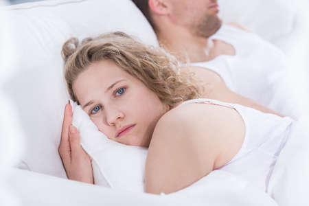 enamorados en la cama: Mujer joven preocupado por los problemas en la relaci�n