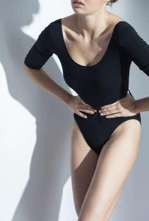 skinny: chica anoréxica adolescente sosteniendo la cintura delgada Foto de archivo