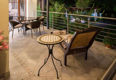 Elegante moderne stijl terras in de avond