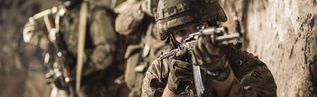 soldado: soldados militares jóvenes durante el entrenamiento maniobra militar