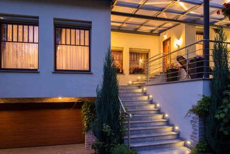 外階段の照明とモダンなスタイリッシュな家