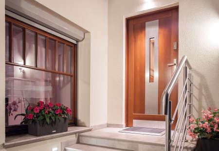 portones de madera: Casa puerta de entrada en el dise�o minimalista moderna