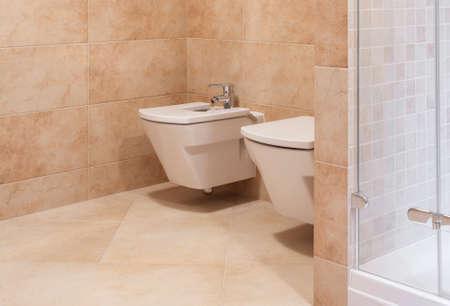Bello elegante bagno lucido in piastrelle di marmo