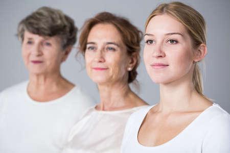Image de l'adolescence gappy avec la mère et la grand-mère