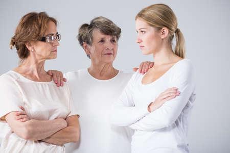 mujeres juntas: Imagen de la abuela positivo reunir a la familia