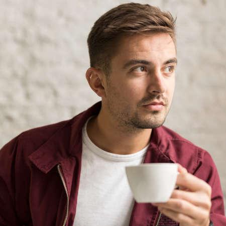 Schöner Mann trinken Kaffee im Café