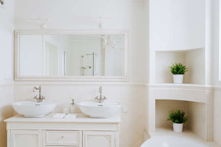 couple bathroom: Beautiful and sunny bathroom for a couple