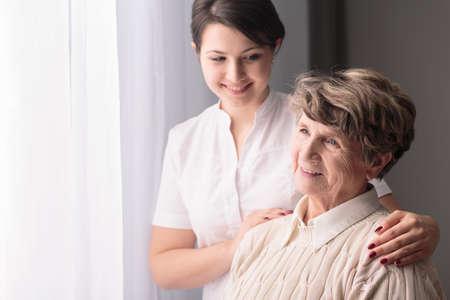 pielęgniarki: Młoda troskliwy opiekun piękny i szczęśliwy Ward