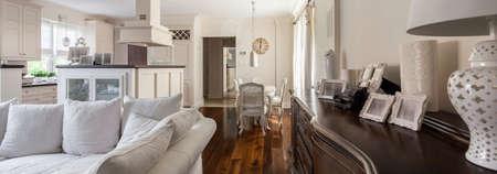 Mooie woonkamer met een lichte kitchenette Stockfoto