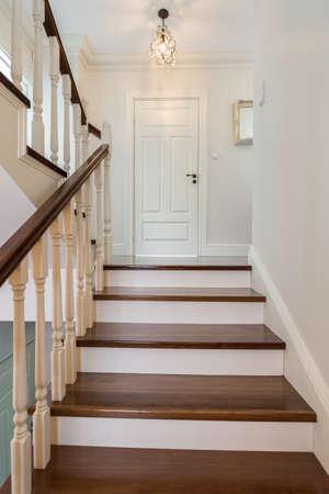 escaleras elegantes y de madera en la casa