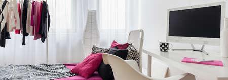 #52338076   Kombination Von Girly Schlafzimmer Und Arbeitszimmer, Panorama.