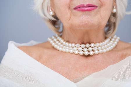 mujer elegante: Mujer mayor con la perla valiosa jewelley